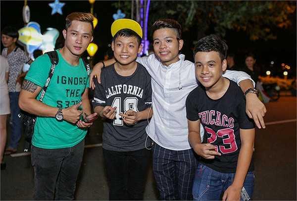 Ngoài ra, hot boy nhí Bạch Phúc Nguyên (mặc áo đen - The Voice Kids mùa đầu), Hà Trang (áo xanh), Mai Chí Công (mũ vàng) - The Voice Kids mùa hai cũng góp vui trong sự kiện.