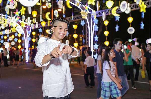 Trong chương trình 'Trung thu trọn vẹn' diễn ra ở phố lồng đèn tại Hồ Bán Nguyệt, quận 7, TP HCM, nhiều khán giả không khỏi bất ngờ khi nhìn thấy Quang Anh.