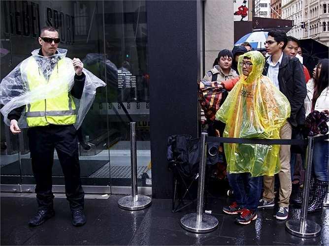 Tại Sydney, Australia, cơn mưa nặng hạt đã không thể ngăn người dùng đến các cửa hàng Apple để sắm cho mình những chiếc iPhone mới đầu tiên được bán ra