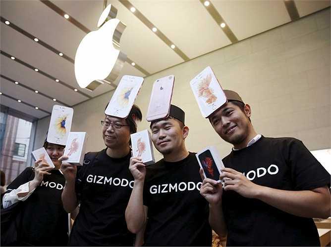 Makiko Maeda và các đồng nghiệp của cô sử dụng các mô hình iPhone gắn trên đầu khi xếp hàng vào mua siêu phẩm từ Apple