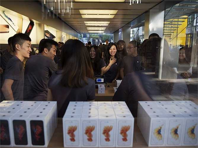 Các nhân viên cửa hàng Apple ở Bắc Kinh, Trung Quốc đã có một buổi họp nhanh trước khi cánh cửa của Apple Store mở ra đón khách