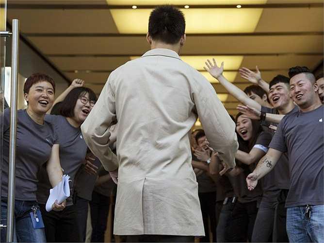 Nhân viên Apple ở Bắc Kinh vui mừng đón chào vị khách đầu tiên