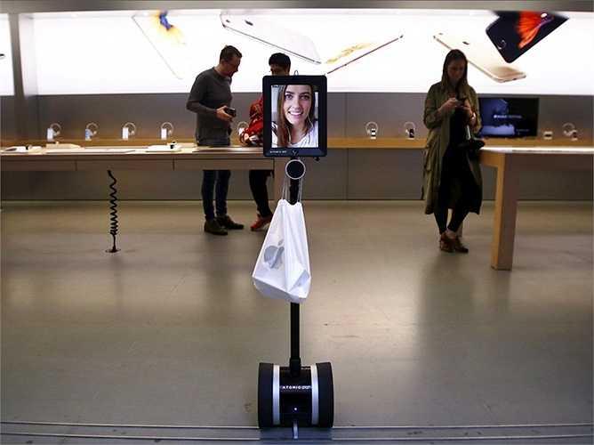 Một vị khách đặc biệt là chuyên viên marketing tên là Lucy Kelley - cô đã sử dụng một robot có gắn iPad để thay mình xếp hàng