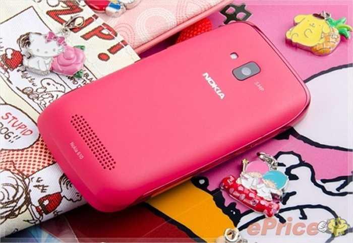 Nokia Lumia 610 nổi bật với chíp lõi đơn Qualcomm tốc độ 800MHz, bộ nhớ RAM 256MB, dung lượng lưu trữ 8GB, màn hình cảm ứng 3.7 inch độ phân giải WVGA, nguồn pin 1.300mAh, Bluetooth và  phiên bản hệ điều hành Windows Phone 7.5