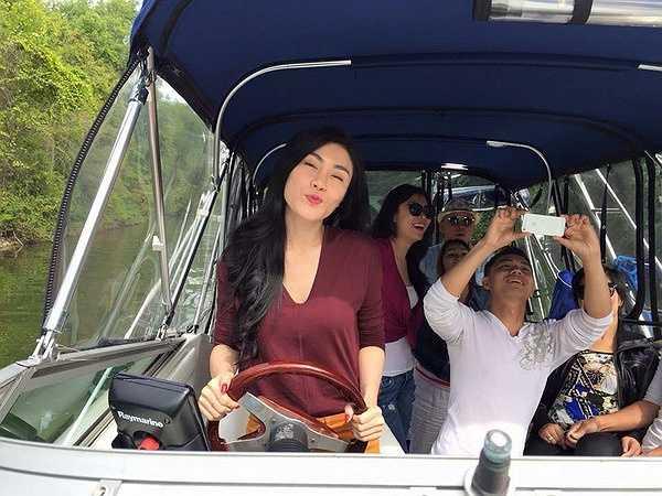 Uyên Trang thích thú khi tự mình lái thuyền tại Lake Simcoe.