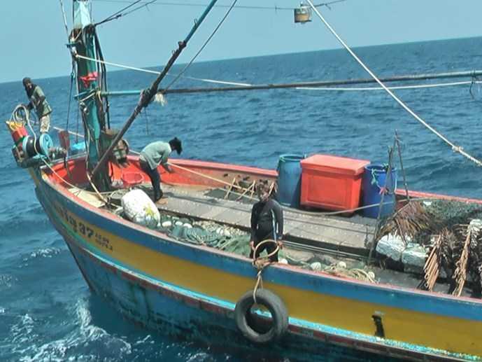 Tàu cá Thái Lan được áp giải ra khỏi lãnh hải VN - Ảnh: Hải Lăng