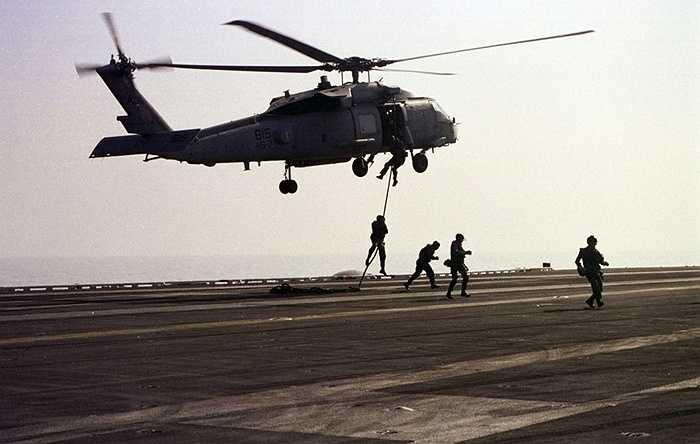 3. Để có thể được lựa chọn vào US Navy SEALs, mỗi chiến binh ít nhất phải chống đẩy được 42 lần trong vòng 2 phút và chạy 1,5 dặm trong vòng 11 phút.