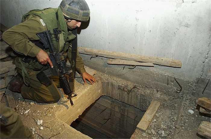 Năm 2003, một tài xế taxi của Israel bị bắt cóc và SM chỉ cần một thời gian ngắn để tìm ra người này tại một nhà kho bỏ hoang