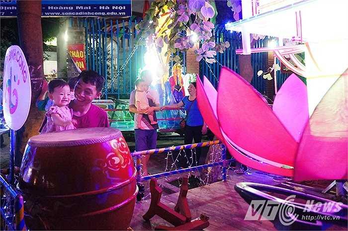 Đây là năm thứ 5 hoạt động rước đèn đêm Trung thu được trường mầm non Sơn Ca phường Định Công tổ chức rước xe đèn cho các cháu trong trường cũng như các cháu thiếu nhi phường Đinh Công.