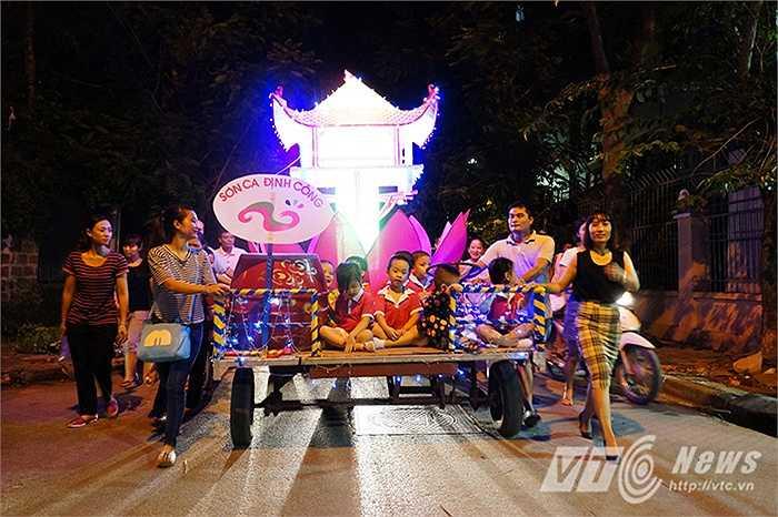Đường phố trong khu đô thị Định Công (Hoàng Mai, Hà Nội) trở nên nhộn nhịp hơn bởi lễ rước đèn lồng Trung thu khổng lồ, thu hút nhiều trẻ em cũng như người lớn tham dự. Tiếng trống, tiếng chiêng hòa cùng tiếng nhạc, tiếng cười nói của trẻ thơ làm rộn vang phố phường.
