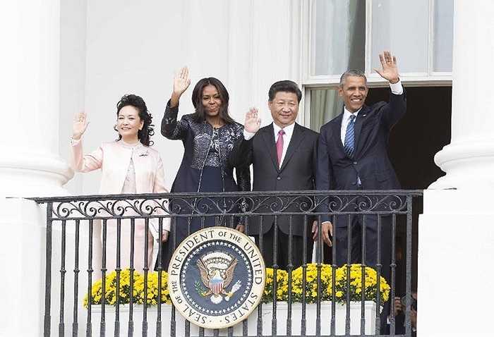 Hai nhà lãnh đạo và các phu nhân vẫy chào người dân