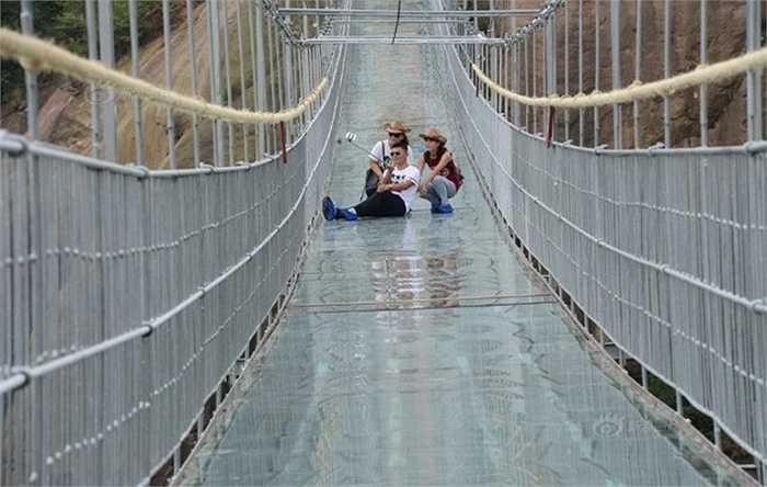 Các bạn trẻ thích thú với cây cầu đặc biệt này