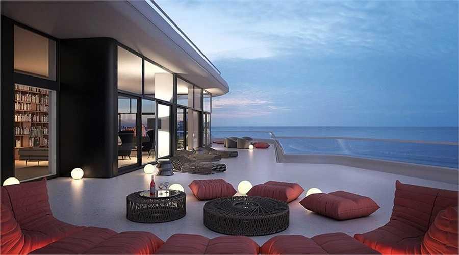 Những chiếc ghế sofa và đệm sàn thời trang là nơi chủ nhân căn hộ có thể thưởng thức đồ uống và ngắm cảnh biển tuyệt đẹp.