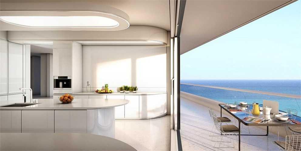 Nhà bếp với màu trắng chủ đạo toát lên vẻ trang trọng, sạch sẽ.