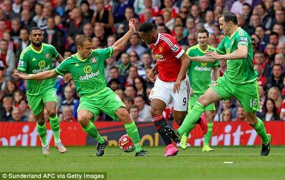 Martial bị hậu vệ Sunderland kèm rất chặt