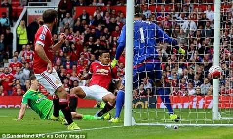 Depay ghi bàn đầu tiên tại Premier League