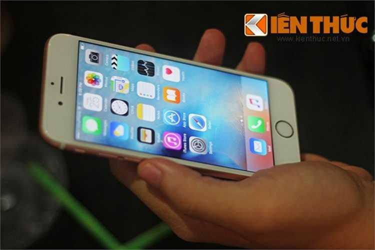 Tối 25/9, ngay khi những chiếc iPhone 6S và iPhone 6S Plus đầu tiên xách tay về Hà Nội, phiên đấu giá của cửa hàng Techone (Hà Nội) đã diễn ra, thu hút khá đông khách hàng và dân nghiền công nghệ đến tham dự.