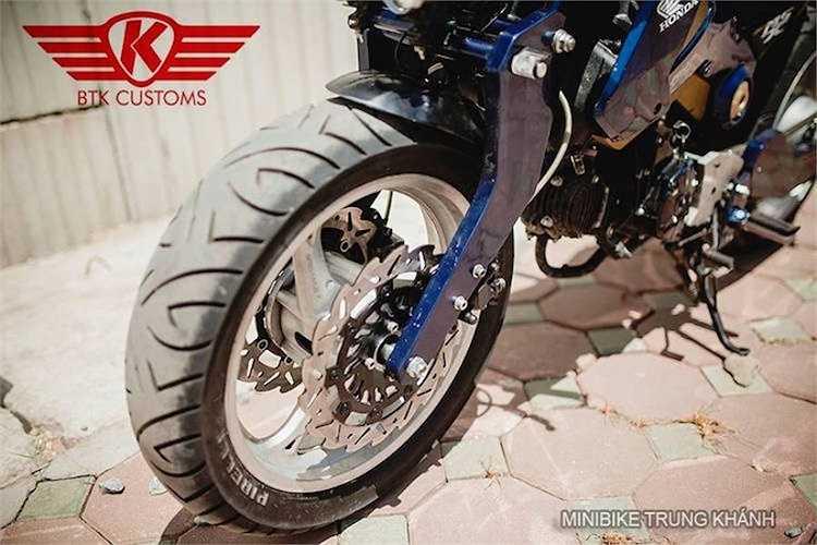 Các bánh xe có mâm được nâng kích thước từ 12 lên thành 17 inch, sử dụng mâm 3 cánh của Honda CB1000. Riêng bánh trước còn có thêm cặp phanh đĩa kép hình lưỡi cưa.