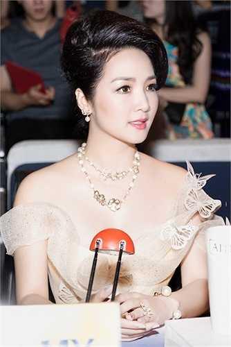 Hoa hậu Đền Hùng sành điệu với chiếc đầm của nhà thiết kế Ann Gi.