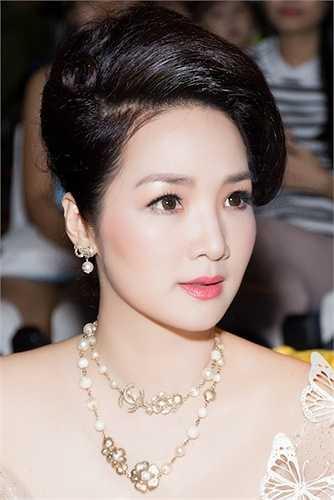 Người đẹp khéo léo phối cùng những phụ kiện trang sức sang trọng.