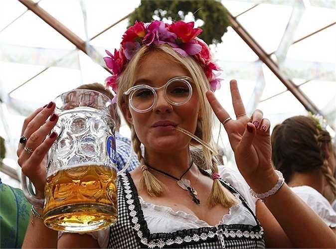 Một cô gái tham dự lễ hội Oktoberfest 2015