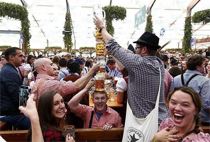 Du khách thích thú với món bia thơm ngon ở Đức