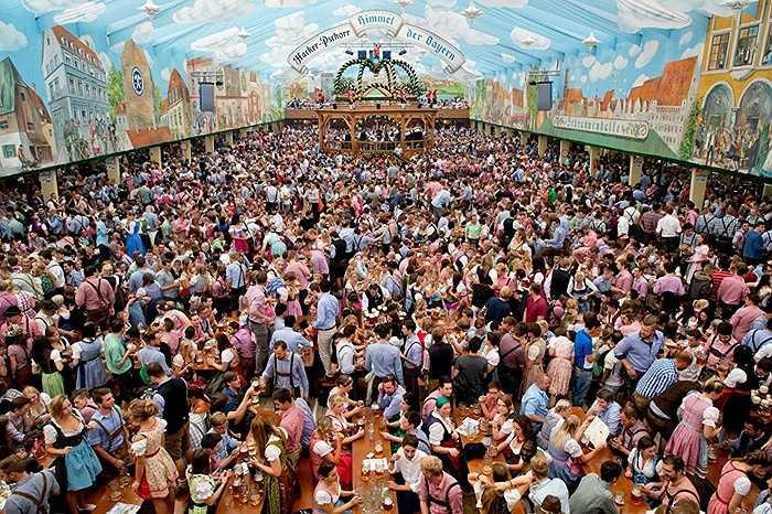 Khu cảnh du khách thưởng thức bia ở Oktoberfest