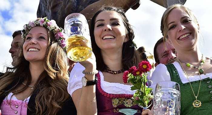 Nữ phục vụ xinh đẹp bên cốc bia