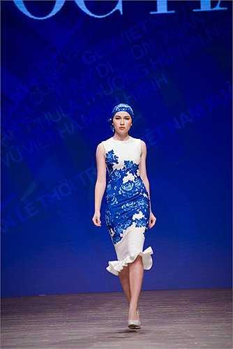 Ngọc Hân với màu xanh lam được hắt lọc từ hoa văn gốm men Lam Việt Nam