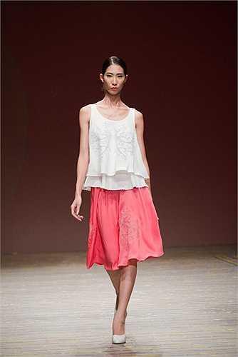 Với hai gam màu trắng và đỏ được luân chuyển rất sinh động với form dáng tự do và nữ tính.