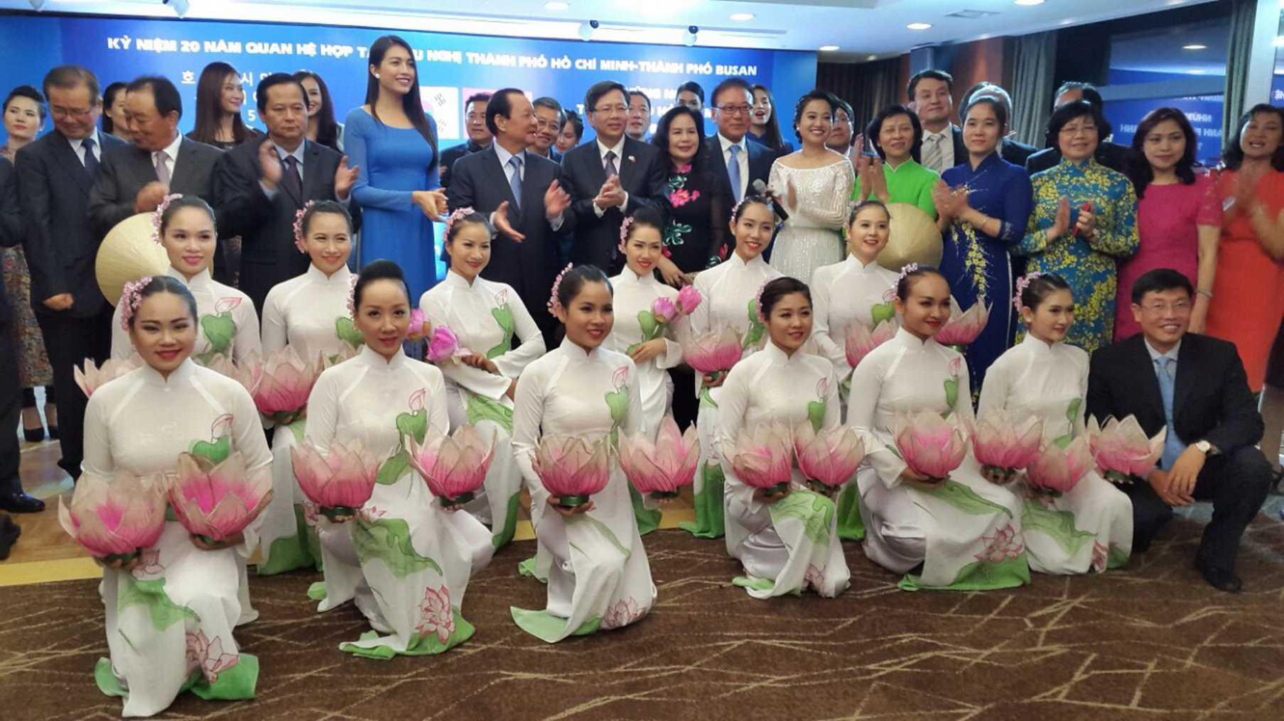 Hồng Phượng cùng các cấp lãnh đạo, kiều bào và nghệ sĩ tại Hàn Quốc