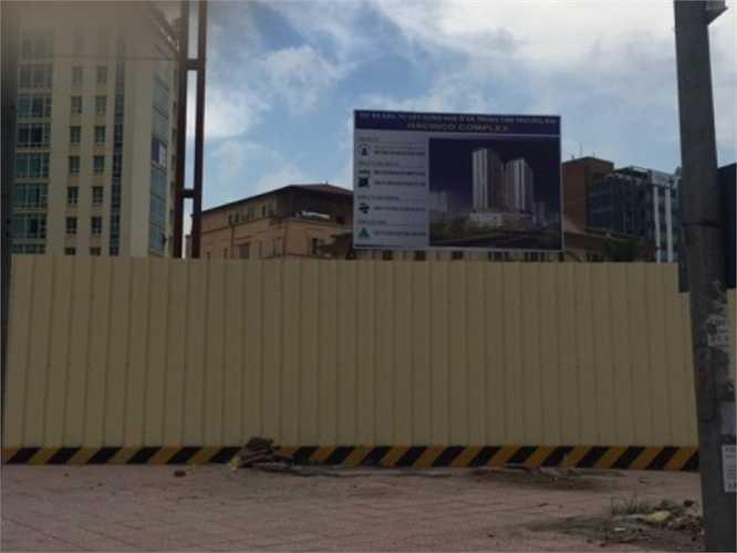 Mảnh đất này rộng hơn 2.000 m2, bị bỏ hoang từ 5-6 năm nay. Vài năm trước, trên hàng rào dự án có in hình, logo của ngân hàng Seabank. Xong đến thời điểm này, trên tấm biển giới thiệu dự án, nó thuộc sở hữu của Công ty CP Dịch vụ và kinh doanh bất động sản Việt Nam. Dự án này được xây dựng thành công trình hỗn hợp, dịch vụ, văn phòng, nhà ở.