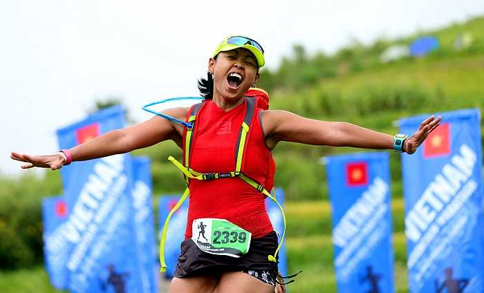 Khoảnh khắc chạm vạch đích cuộc đua Marathon trên núi Sapa có lẽ là một trong những điều hạnh phúc nhất trong cuộc đời mỗi VĐV tham dự. (Ảnh: Quang Minh)