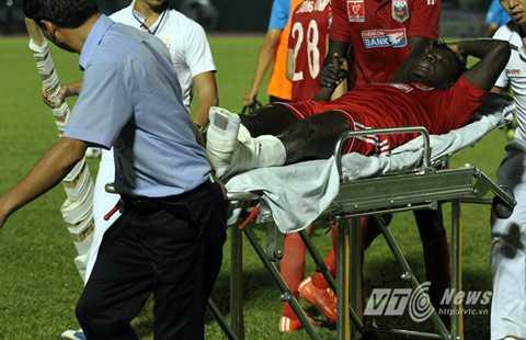 Abass được nẹp chân trước khi lên xe cấp cứu (Ảnh: Hoàng Tùng)