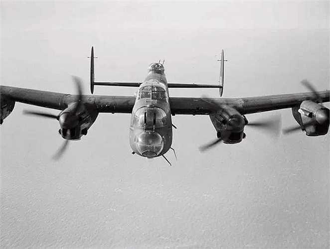 Phi công Nicholas Alkemade đã sống sót thần kỳ khi chiếc máy bay ném bom RAF Avro Lancaster mà ông điều khiển mất lại ở độ cao 18.000 feet (5.500m) và ông chỉ bị gãy chân sau khi chạm đất