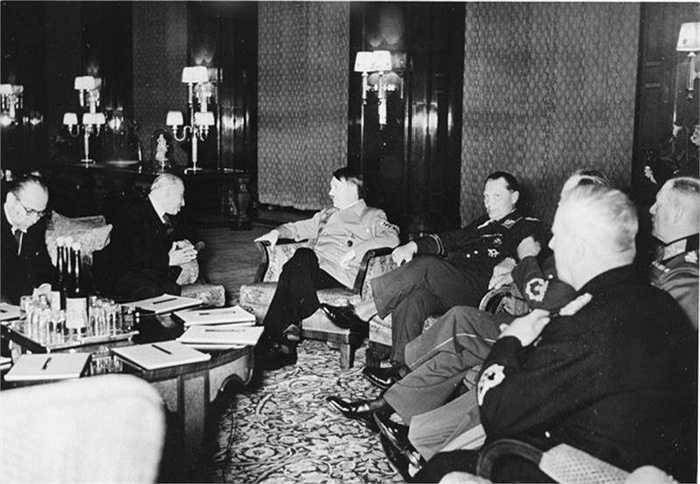 Tổng thống của Tiệp Khắc, Emil Hacha đã gặp phải một cơn đau tim nhẹ sau khi Trùm phát xít Hitler đe dọa sẽ tấn công ném bom vào thủ đô nước này