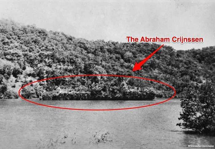 Con tàu chiến đấu nổi tiếng của Hà Lan,  Abraham Crijnssen từng được ngụy trang dưới dạng một hòn đảo nhiệt đới để có thể né tránh các máy bay ném bom của Nhật Bản và điều này đã thành công