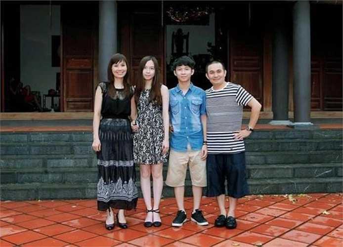 Gia đình hạnh phúc của danh hài Xuân Hinh. Con gái Bảo Linh của Xuân Hinh đã sang Mỹ du học từ năm 11. Anh rất tự hào về cô con gái vừa xinh đẹp lại vừa giỏi giang này.