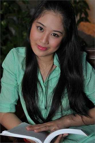 Xí Ngầu (tên thật là Nguyễn Ngô Hoàng Châu) sinh năm 1994 là con gái đầu của NSƯT Hồng Vân và người chồng đầu tiên. Không chỉ thừa hưởng nhiều nét đẹp từ mẹ mà thiếu nữ 21 tuổi còn sở hữu chiều cao khủng: 1m79.