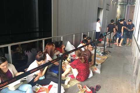 Dân buôn xếp hàng dài chờ iPhone ở Singapore