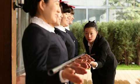 Các nữ nhân viên luyện tập để chuẩn bị cho hội nghị thượng đỉnh APEC hôm 7/11/2014 tại thủ đô Bắc Kinh. Ảnh: Global Times