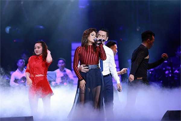 Trên sân khấu 'Đêm tình nhân 2', Nguyễn Hưng và Lưu Bích kết đôi trong Xa em kỷ niệm.
