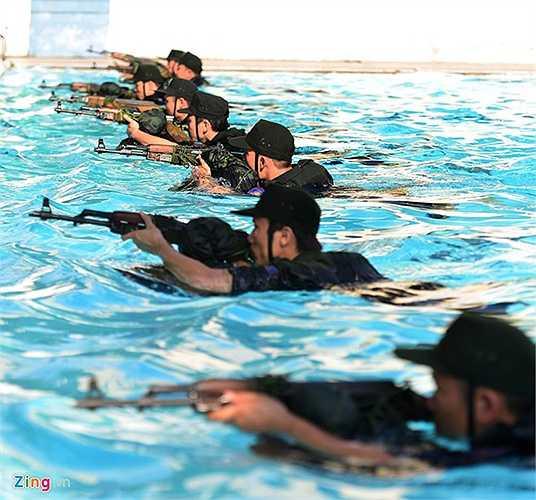 Chào đón năm học mới, sinh viên các khoá từ 37 đến 40, Học viện Cảnh sát nhân dân (Cổ Nhuế, Bắc Từ Liêm, Hà Nội) có màn biểu diễn ấn tượng tại trường chiều 25/9. Trong đó, bơi vũ trang là một trong những nội dung hấp dẫn nhất.