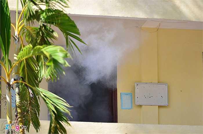 Sau khi phân tích tình huống nhằm đảm bảo an toàn cao nhất cho con tin, lực lượng đặc nhiệm ném mìn khói vào bên trong và tấn công.