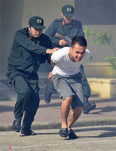 Bắt gọn nhóm khủng bố có vũ trang, đưa về trụ sơ cơ quan có chức năng để xử lý.