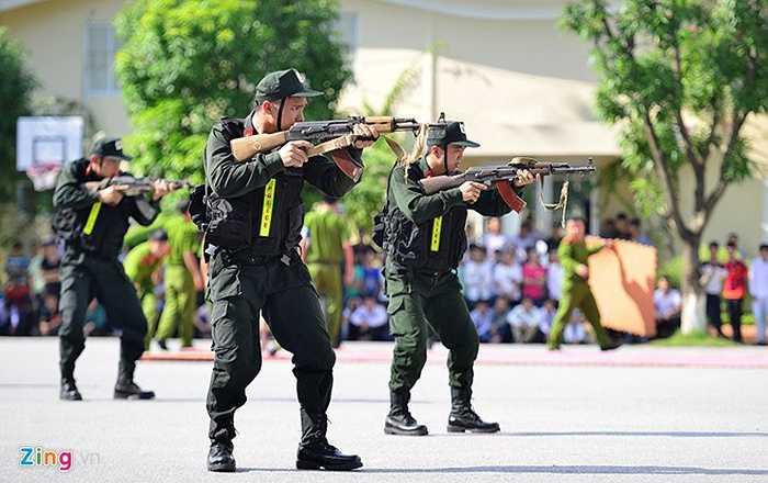 Những động tác vừa đi, vừa cầm súng bắn trúng mục tiêu là một trong những bài học khó.