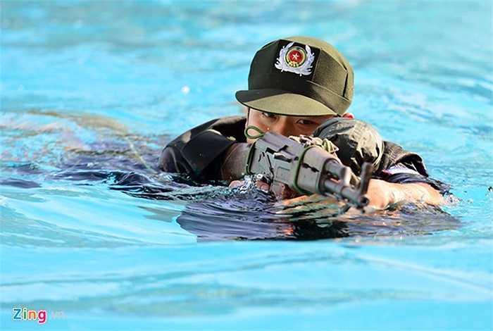 Một sinh viên chia sẻ, những ngày đầu tập luyện khá mệt, nhưng sau thời gian dài làm quen đã có thể mang theo súng và đồ đạc, bơi hàng trăm mét không mệt.