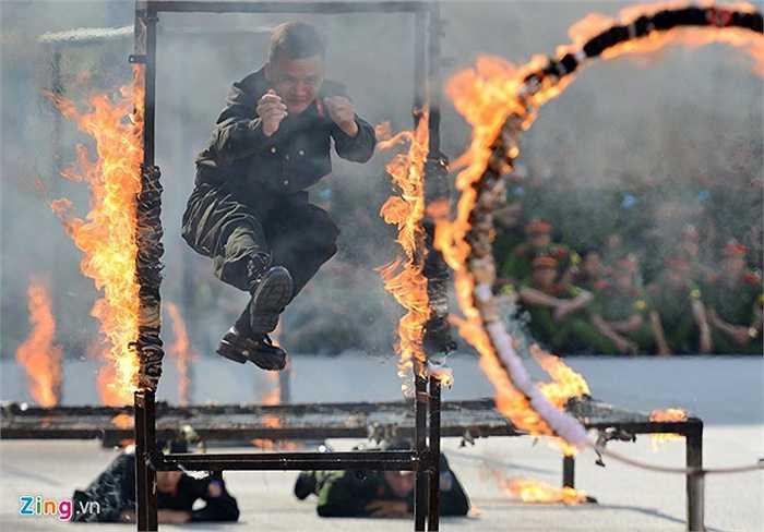 Buổi biểu diễn còn giả định các tình huống khác nhau như chiến thuật vượt hỏa lực của đối phương, siết chặt đội hình chiến đấu.