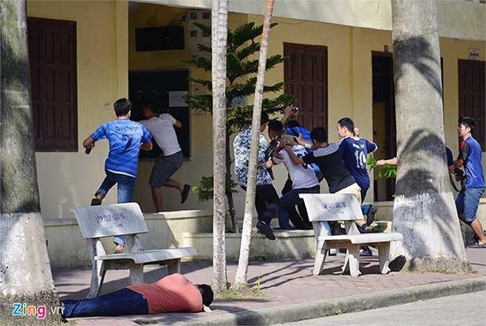 Tình huống giả định nhóm khủng bố có vũ trang, bắt cóc con tin tại một cơ quan. Sau khi bắn chết một người, chúng đưa con tin lên tầng 2 và giết chết một người khác, đòi yêu sách.