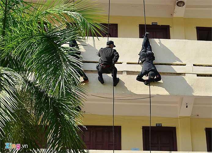 Lực lượng cảnh sát đặc nhiệm được điều động để trấn áp tội phạm và giải cứu con tin. Vừa thương thuyết, các cán bộ, chiến sĩ vừa đu dây từ tầng thượng xuống khu vực khủng bố giữ con tin.